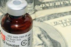 Plan rapproché de bouteille de médecine avec de l'argent Photographie stock libre de droits