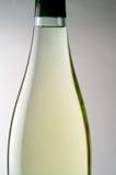 Plan rapproché de bouteille de vin blanc Images libres de droits