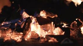 Plan rapproché de brûler les charbons noirs action Grillage de petites flammes sur des charbons pour le barbecue en nature Combus images libres de droits