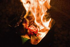 Plan rapproché de brûler Joss Papers Image stock