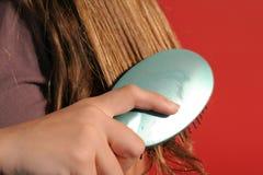 Plan rapproché de brossage de cheveu Photographie stock
