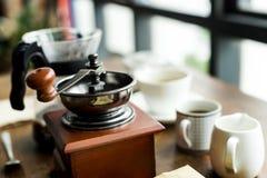 Plan rapproché de broyeur de café sur la table en bois Photos libres de droits