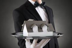 Plan rapproché de Butler With House Model Photos stock