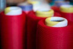 Plan rapproché de cônes de fil de couleur Image stock