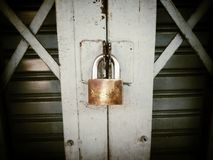 Plan rapproché de cadenas de porte de serrure en métal Photo stock