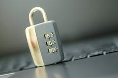 Plan rapproché de cadenas sur le clavier d'ordinateur portable. Photographie stock libre de droits