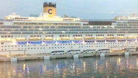 Plan rapproché de cadre méditerranéen de croix de ferry-boat à la lumière du soleil paisible de début de la matinée banque de vidéos