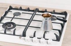 Plan rapproché de café de brassage dans le Turc Images libres de droits