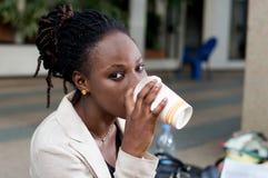 Plan rapproché de café potable de femme d'affaires images stock