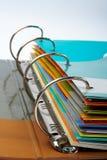 Plan rapproché de cahier avec des fichiers empilés Images libres de droits