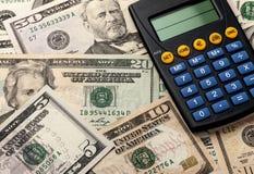 Plan rapproché de calculatrice et d'argent Photographie stock libre de droits