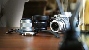 Plan rapproché de caméra classique sur un bureau en bois avec la montre-bracelet et len le foyer choisi par équipement Fond avec  images stock