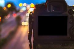 Plan rapproché de caméra de DSLR capturant sur le fond circulaire abstrait clair coloré de bokeh images libres de droits