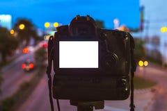 Plan rapproché de caméra de DSLR capturant sur le fond circulaire abstrait clair coloré de bokeh photo stock
