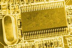 Plan rapproché de carte électronique avec le processeur modifié la tonalité Photographie stock
