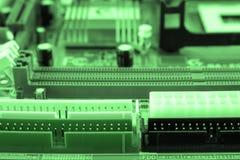 Plan rapproché de carte électronique avec le processeur modifié la tonalité Image libre de droits