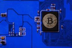 Plan rapproché de carte de bitcoin avec le processeur de bitcoin photos stock