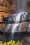 Plan rapproché de cascade à écriture ligne par ligne pleurante de roche Photographie stock libre de droits