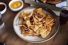 Plan rapproché de casse-croûte de nacho sur la table photos stock