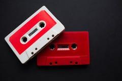Plan rapproché de cassette sonore sur le fond noir photographie stock