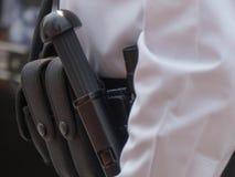 Plan rapproché de ceinture d'armes de policier Photos stock