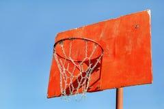 Plan rapproché de cercle de basket-ball rouge dans le terrain de jeu Photos libres de droits
