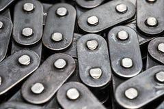 Plan rapproché de chaîne de bicyclette en métal circuit de pompe à huile de voiture Maillons de chaîne photos stock