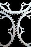 Plan rapproché de chainrings de bicyclette sur le noir Photo stock