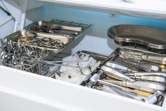 Plan rapproché de chambre pour le stockage stérile des outils médicaux et chirurgicaux dans le bureau du ` s de dentiste chirurgi Photos stock