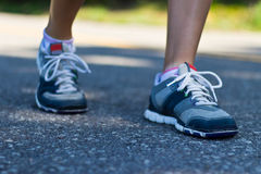 Plan rapproché de chaussures de course d'une femme d'ajustement Image libre de droits