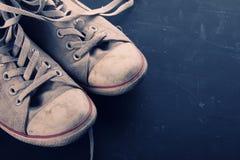 Plan rapproché de chaussures de toile de vintage Image libre de droits