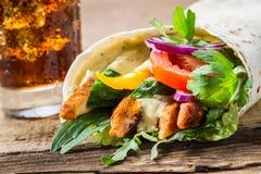 Plan rapproché de chiche-kebab avec les légumes frais et le poulet Image libre de droits