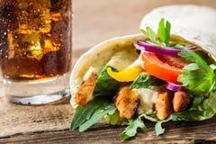 Plan rapproché de chiche-kebab avec les légumes frais et le poulet sur le dos de noir Images stock