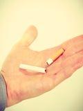 Plan rapproché de cigarette cassée sur la main masculine Photo stock