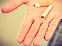 Plan rapproché de cigarette cassée sur la main masculine Photos libres de droits