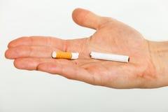 Plan rapproché de cigarette cassée sur la main masculine Photo libre de droits