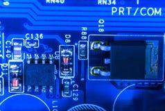 Plan rapproché de circuit électronique dans la lueur bleue Photos stock
