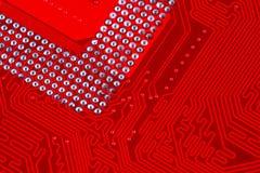 Plan rapproché de circuit électronique rouge de carte mère avec le processeur Photo libre de droits