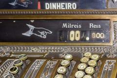 Plan rapproché de clavier d'une caisse enregistreuse d'antiquité Photo stock