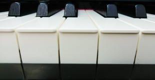 Plan rapproché de clavier de piano montrant le commandant et le mineur image libre de droits