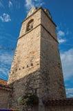 Plan rapproché de clocher d'église sur les briques en pierre au coucher du soleil, avec l'horloge et les drapeaux dans Gréoux-le Photo libre de droits