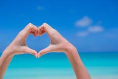 Plan rapproché de coeur fait par le fond de mains Photo stock
