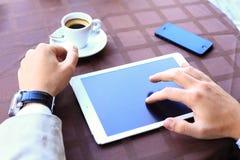 Plan rapproché de comprimé numérique émouvant de mains masculines d'affaires Photos stock