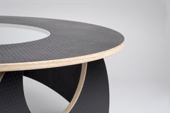 Plan rapproché de concepteur Wooden Round Table dans la finition en caoutchouc noire images libres de droits