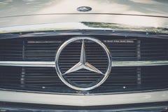 Plan rapproché de conception/de marque de logo de Mercedes Benz sur le gril avant photographie stock
