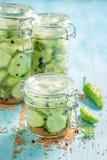 Plan rapproché de concombre mariné fait maison et savoureux dans le pot photographie stock libre de droits
