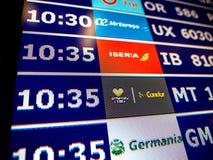 Plan rapproché de conseil de l'information d'aéroport dans l'Espagnol moderne l'Europe Airp Photographie stock libre de droits