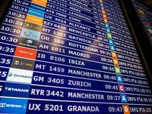 Plan rapproché de conseil de l'information d'aéroport dans l'Espagnol moderne l'Europe Airp Photos libres de droits