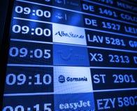 Plan rapproché de conseil de l'information d'aéroport dans l'Espagnol moderne l'Europe Airp Photos stock