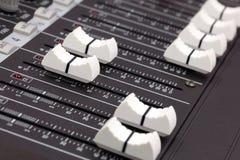 Plan rapproché de console de mélange sonore. images stock